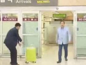 No One Has Ever Entered An Airport With More Swagger Than This South Korean Politician